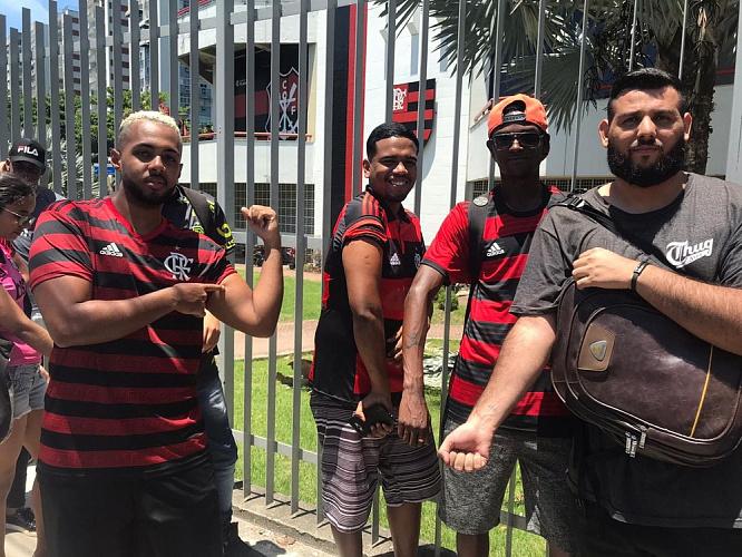 Torcedores Fazem Fila Na Sede Do Flamengo Para Tatuar O